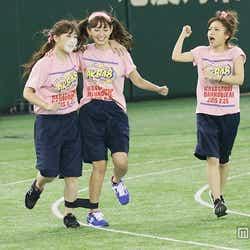 (左から)中西智代梨、小嶋陽菜、高橋みなみ「第1回AKB48グループ対抗 大運動会」(C)AKS