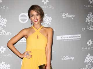 ジェシカ・アルバ、華やかなイエローのドレスでパーティーに登場