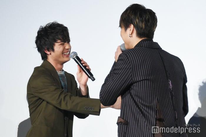 「そろそろグーで殴るぞ(笑)!」と板垣瑞生に詰め寄るTAKAHIRO(C)モデルプレス