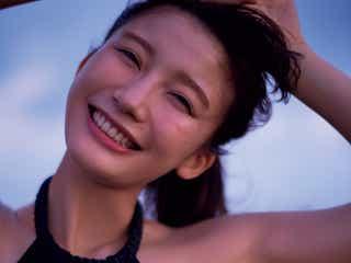 小倉優香、谷間くっきり大胆披露 弾ける笑顔にドキッ