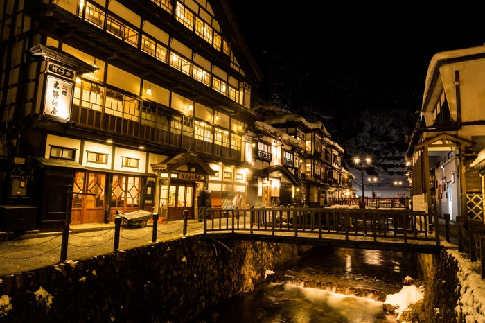 積雪の銀山温泉街(夜間)/photo by ぱくたそ