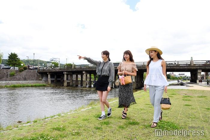 「CAFETEL 京都三条 for Ladies」の目の前を流れる鴨川(C)モデルプレス
