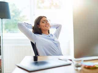 椅子に座ったままできる「くびれ作りストレッチ」3選 テレワークのすきま時間に!