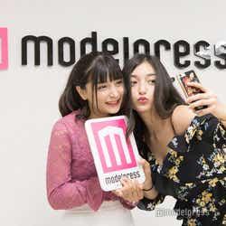 モデルプレスロゴ前で「TikTok」撮影(左から)マリナ、エリカ (C)モデルプレス