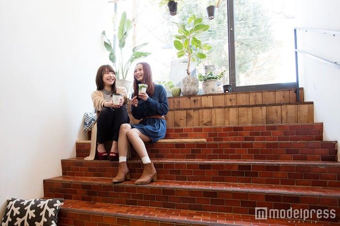 UNI STAND(ユニスタンド)/ベンチ兼階段でホッと一息/モデル:榊本麻衣、伊原めあり/(C)モデルプレス