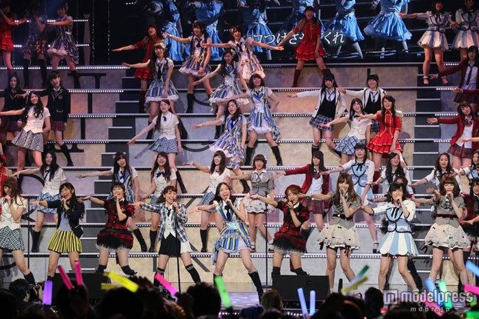 AKB48グループ全員で「前しか向かねえ」パフォーマンス/(c)AKS