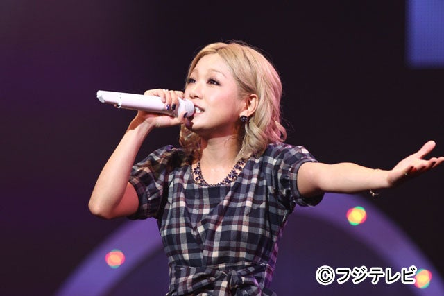 チェックのワンピースをキュートに着こなし、歌声を披露した西野カナ/「めざまし LIVE ISLAND TOUR 2013 supported by コカ・コーラ」