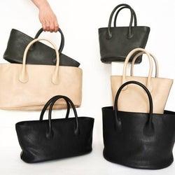 大人女子は流行に流されない。革の質感を楽しむシンプルな上品ハンドバッグ