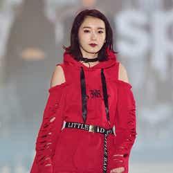 モデルプレス - 飯豊まりえ、ビリビリ衣装で大胆肌見せ<関コレ2016A/W>