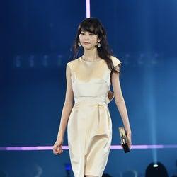 桐谷美玲、エレガントなドレスコーデで華やかに魅了<TGC2016 S/S>