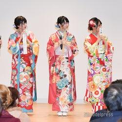 成人してやってみたいことを川柳に書いたメンバー(左から)蟹沢萌子、菅波美玲、谷崎早耶、佐々木舞香、大場花菜 (C)モデルプレス
