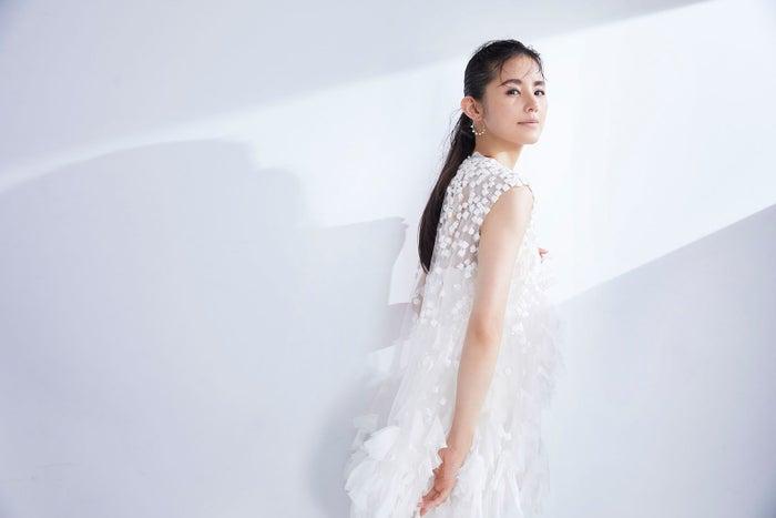 白のドレスの小西真奈美