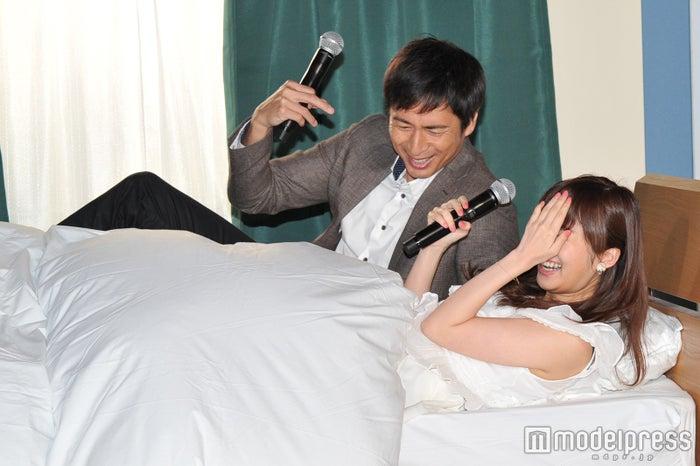 (左から)チュートリアル徳井義実、指原莉乃(C)モデルプレス