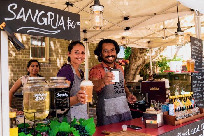 お手製サングリアやコーヒーなどを扱う屋台/Destination NSW