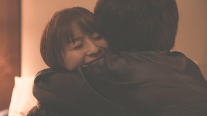 抱きしめ合うロン・モンロウ、犬飼貴丈「ダブルベッド」#6(C)TBS/イースト・エンタテインメント
