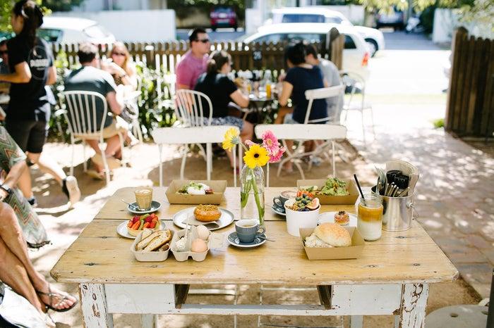 ただコーヒーを飲むだけでも特別な気持ちになれるお洒落なテーブルコーディネート/パドックベーカリー(提供画像)