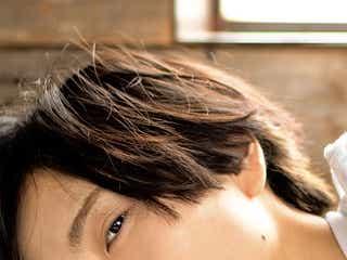 """話題の「美しすぎる少年」板垣李光人""""ちょっとセクシー""""な寝起き姿 市原隼人撮影カット公開<Rihito 18>"""