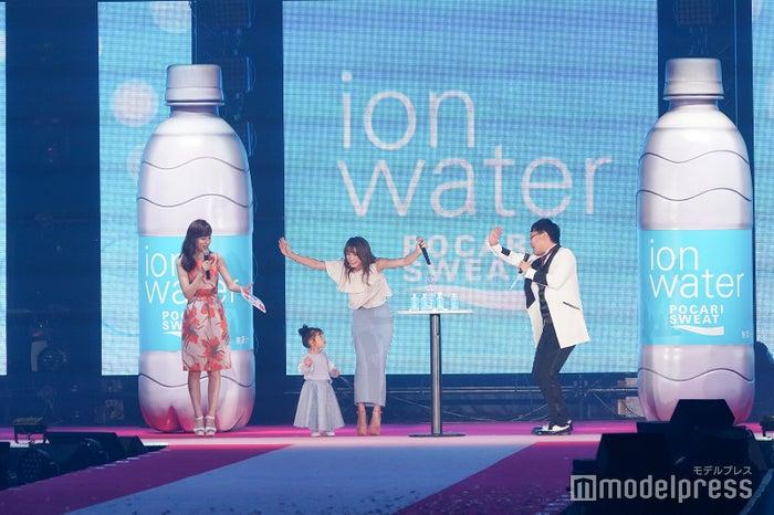 (左から)久慈暁子、茉叶菜ちゃん、木下優樹菜、山里亮太(C)モデルプレス