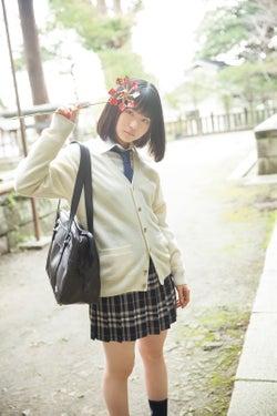 注目の若手女優・山田杏奈、フレッシュな制服ミニスカで美脚披露