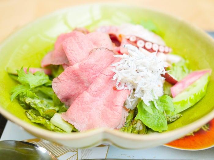 鎌倉山ローストビーフ&湘南の野菜丼 ¥900(税別)(C)モデルプレス