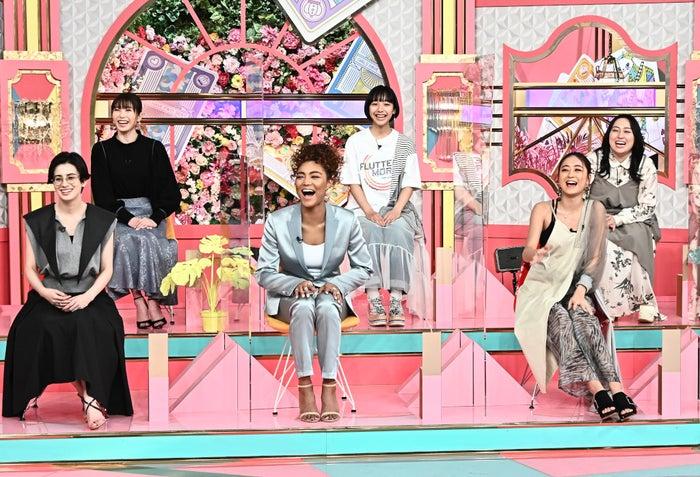 (前列左から)ホラン千秋、Crystal Kay、池田美優(後列左から)横山由依、山之内すず、丸山礼(C)TBS