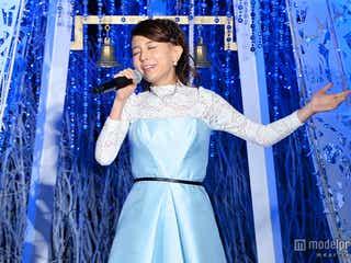 "May J.、シンデレラ風ドレスで「夢はひそかに」初披露 ""青一色""の世界観で魅了"