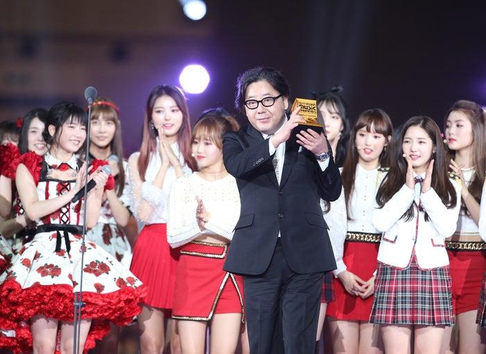 「2017 MAMA in Japan」にて「Inspired Achievement 賞」を受賞した秋元康氏(C)AKS