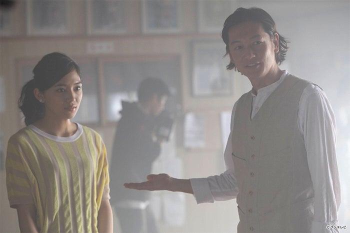 (左から)川口春奈、井浦新/連続ドラマ「探偵の探偵」第1話より