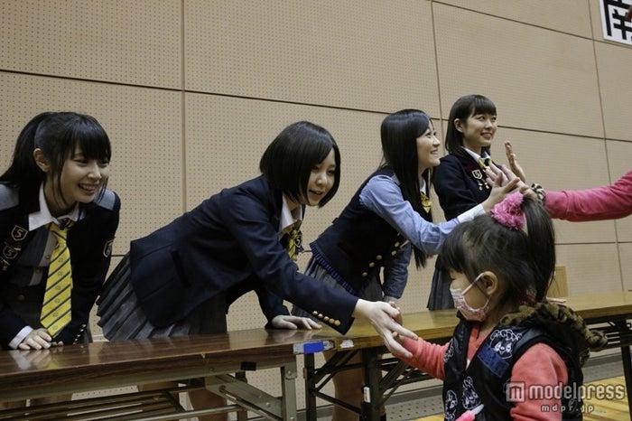宮城県石巻市・石巻市総合体育館を訪問した岩田華怜(左から2番目)(C)AKS