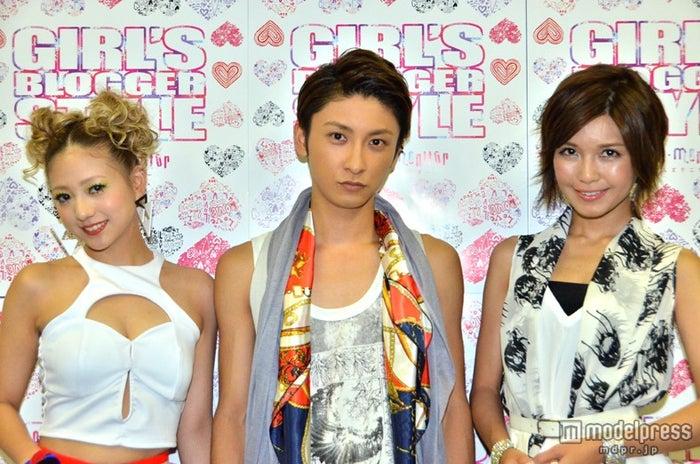 ファッションイベント「第5回ガールズブロガースタイル2013A/W」に出演した(左から)AAAの伊藤千晃、與真司郎、宇野実彩子