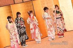 村重杏奈に笑うメンバー/AKB48グループ成人式記念撮影会 (C)モデルプレス