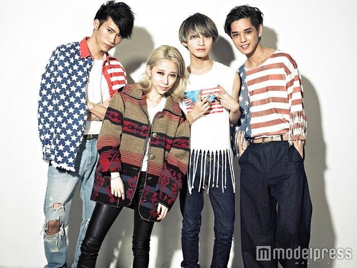 加藤ミリヤ(中央左)の新曲にXOXメンバーが出演/(左から)志村禎雄、加藤ミリヤ、とまん、バトシン