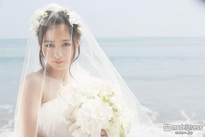 """新たな""""奇跡の1枚""""?ウエディングドレス姿を披露した橋本環奈/ファースト写真集『Little Star~KANNA15~』"""