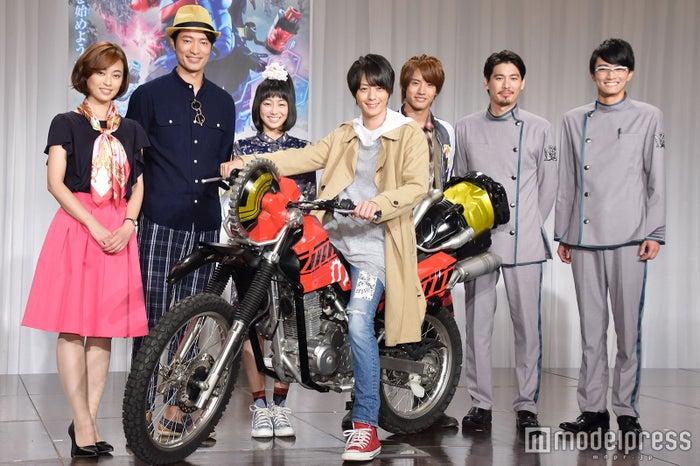 (左から)滝裕可里、前川泰之、高田夏帆、犬飼貴丈、赤楚衛二、水上剣星、越智友己(C)モデルプレス