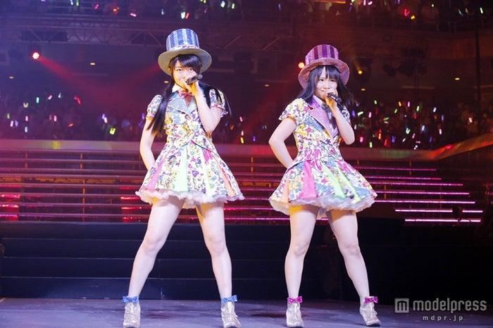 MCを務めたAKBE48の峯岸みなみ(左)とSKE48の松村香織(右)/(C)AKS