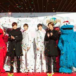 ユニバーサル・スタジオ・ジャパンにサプライズ登場した東方神起(左から:ユンホ、チャンミン)