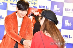 ファンと握手する瀬戸康史/この日は2000人のファンが来場予定(C)モデルプレス