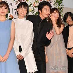 (左から)松木エレナ、志田彩良、ひょっこり手を振る田中圭、岡崎紗絵、今泉力哉監督(C)モデルプレス