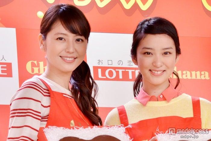 「ガーナ バレンタイン 手づくりステーション」に出席した長澤まさみ(左)と武井咲(右)