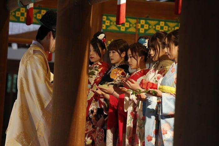 ご祈祷を受けるメンバー(提供写真)