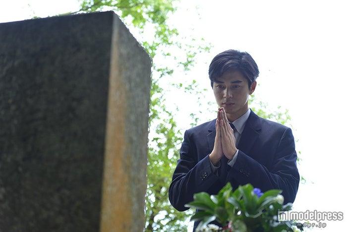 久坂玄瑞の墓前で手を合わせる東出昌大