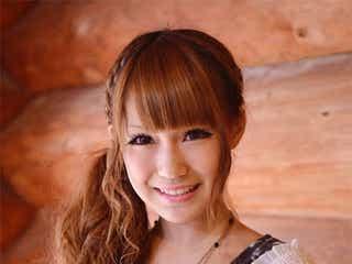 キュートで歌唱力抜群の18歳、人気雑誌で専属デビュー