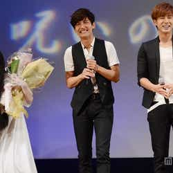 興奮する貞子にたじたじの東方神起(左から)チャンミン、ユンホ