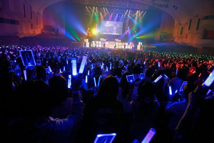 客席に7色の虹が浮かび上がった「Paradeが生まれる」/写真: Rie Suwaki(MAXPHOTO)