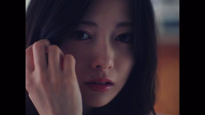 白石麻衣/「夜明けまで強がらなくてもいい」MVより(提供写真)