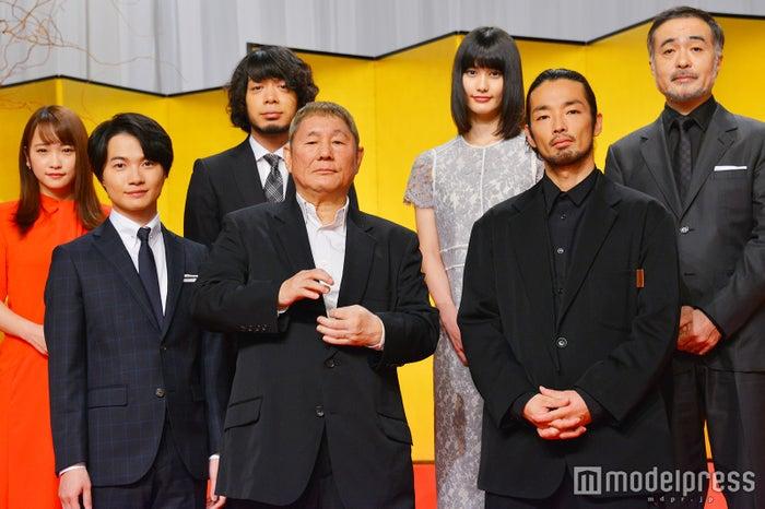 前列左から:神木隆之介、ビートたけし、森山未來/後列左から:川栄李奈、峯田和伸、橋本愛、松尾スズキ (C)モデルプレス