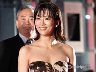 水川あさみ、結婚発表後初の公の場で祝福の声飛び交う 胸元ざっくりSEXYドレスで登場<第32回東京国際映画祭>