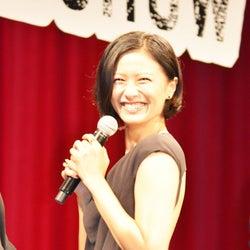 岡田准一、セクシードレスの榮倉奈々に「背中が開きすぎなんだよ!」と赤面