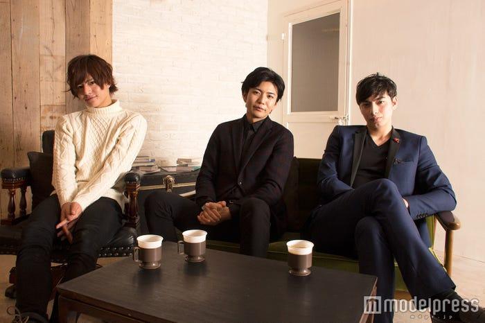 (左から)鈴木勤、山里薫、山ノ内ジャン(C)モデルプレス