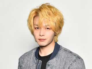 中村倫也、金髪姿を披露 徹底した役作りで新ドラマ「珈琲いかがでしょう」撮影